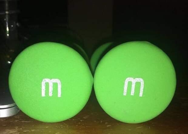 Зеленые конфеты M$M's? Нет, полуторакилограммовые гантели! интересно, не еда, несъедобное, поразительно, странные сближенья, съедобное, удивительно, удивительное рядом