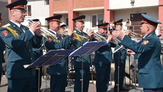 Концерт росгвардейцев у дома ветерана впечатлил воспитанников детского сада