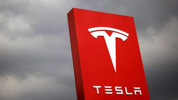 Автопилот Tesla спутал Луну со светофором