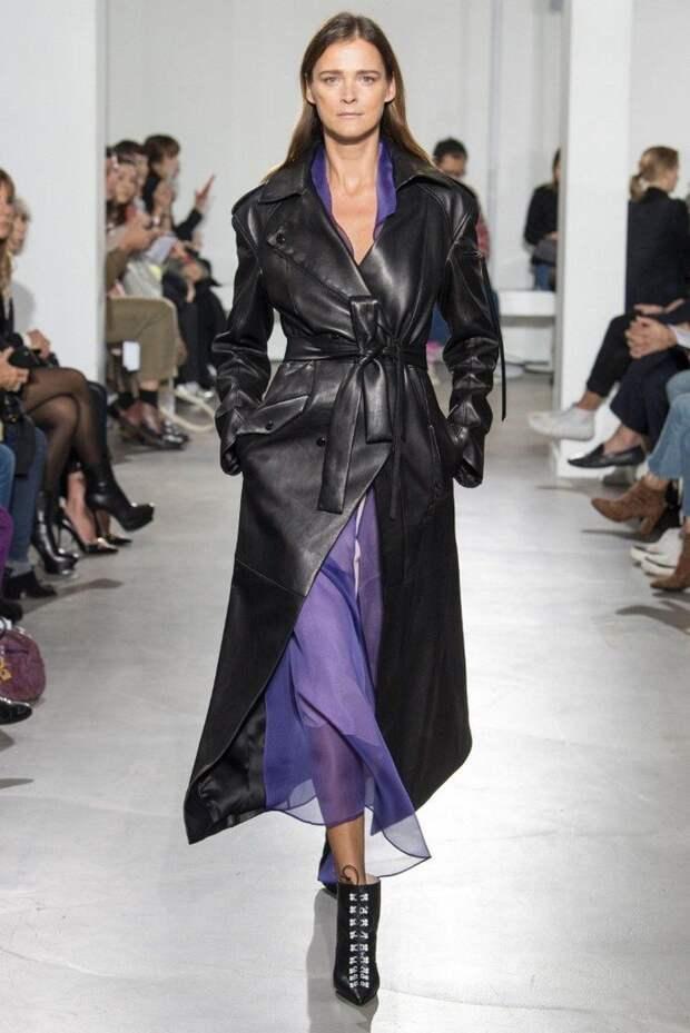 Модные кожаные плащи на весну 2021: актуальные расцветки и стильные образы