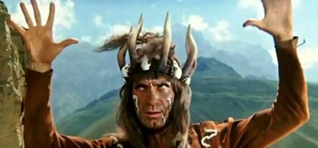 В роли шамана онкилонов играл и танцевал всемирно известный советский танцор Махмуд Эсамбаев .