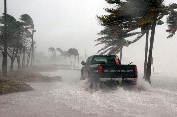 """На Флориду обрушился ураган """"Салли"""" и затопил улицы: видео стихии"""