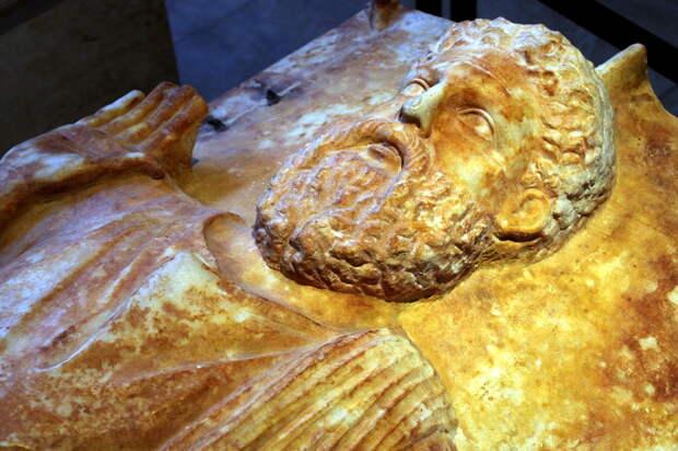 Горельеф с саркофага карфагенского священнослужителя. Этот прекрасный образец древней скульптуры в настоящее время находится в Лувре - Мегаполис, стёртый с лица земли | Warspot.ru