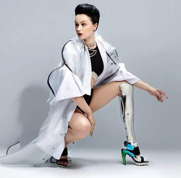 Виктория Модеста — британская певица и альтернативная фотомодель-ампутантка. В результате вывиха полученного в детстве и из-за врачебной ошибки лишилась ноги ниже колена женщины, жизнь, инвалидность, сила воли