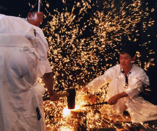 Японский меч создает не один мастер, а коллектив. /Фото: i0.wp.com