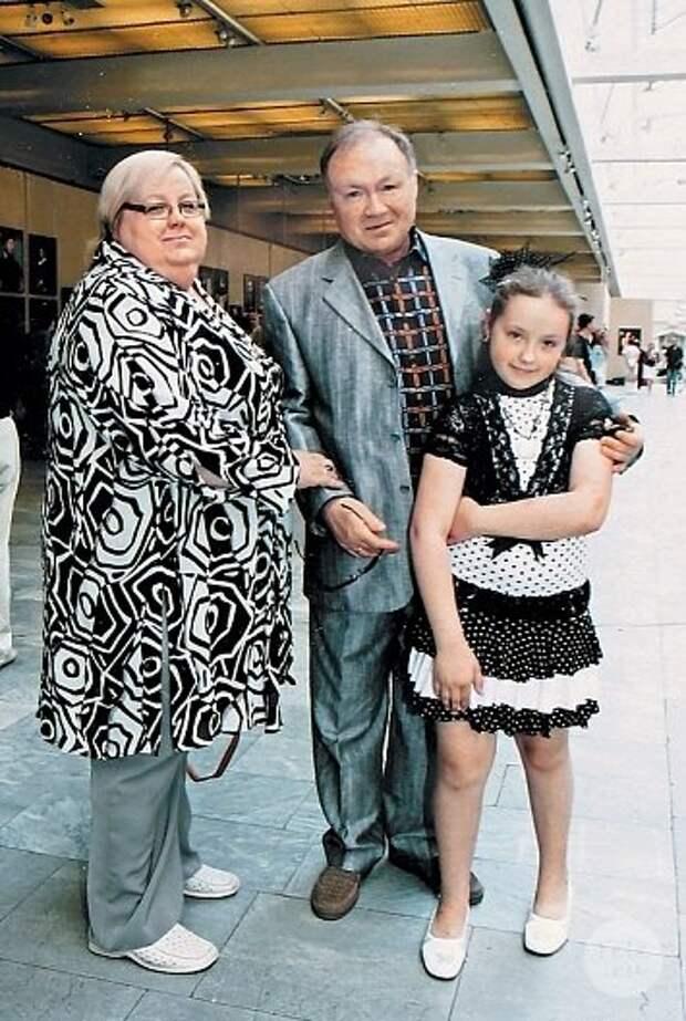 """Юрий Кузнецов с женой Ириной и дочкой Александрой (фото: """"vokrug.tv"""")"""