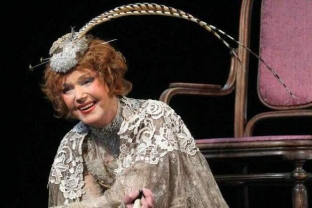 Юлия Борисова в спектакле *Пристань* | Фото: kino-teatr.ru