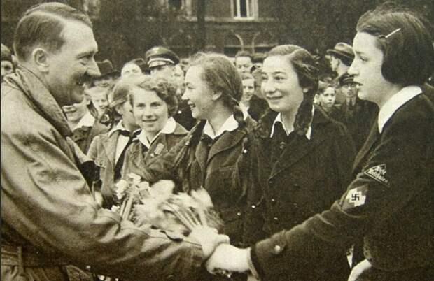 Гитлер любил женское внимание и не скрывал этого.