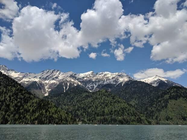 В Абхазии спасатели на вертолете эвакуировали туристку из Удмуртии с горного перевала