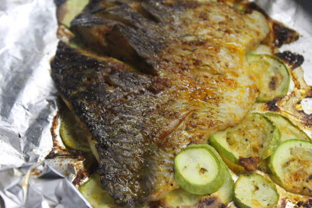 Фото рецепта - Филе карпа в пикантном чесночном соусе с кабачками - шаг 8
