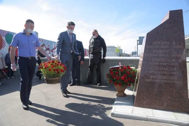 Собравшиеся возложили к камню цветы и почтили память погибших минутой молчания / Фото: Артур Новосильцеа