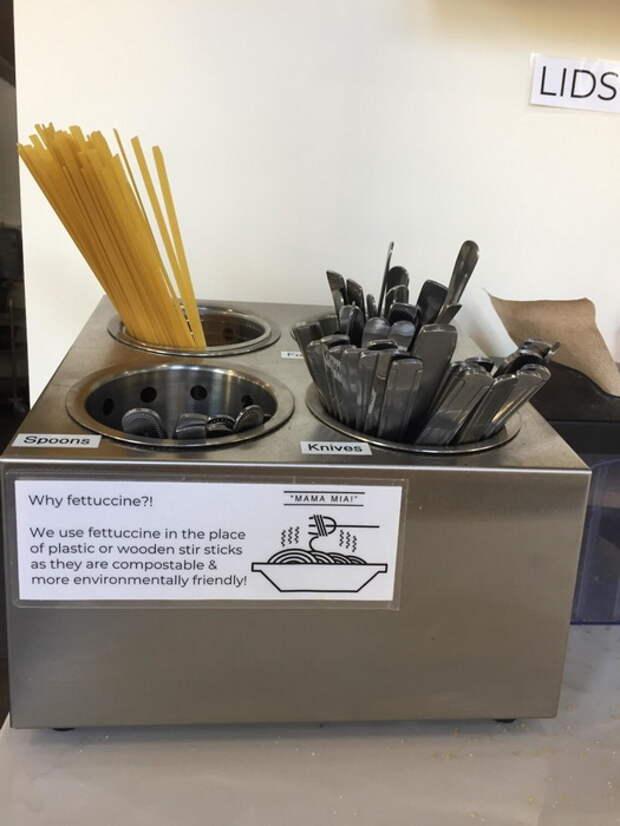 Паста вместо палочек для размешивания кофе.