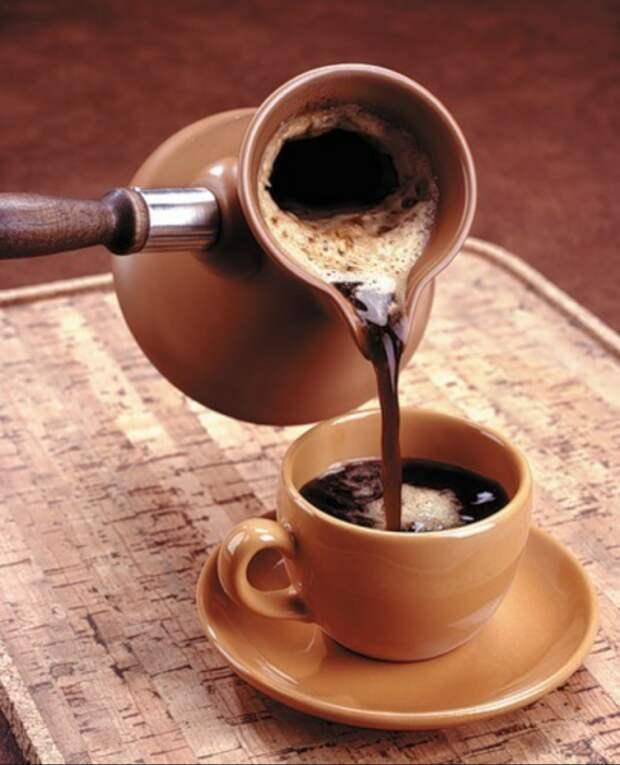 Кофе помогает темным вещам сохранить цвет. / Фото: stiraemdoma.ru