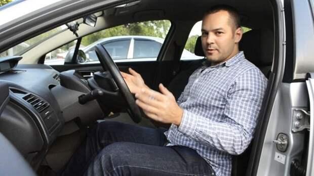 Почему многие водители опускают сиденье в машине как можно ниже?