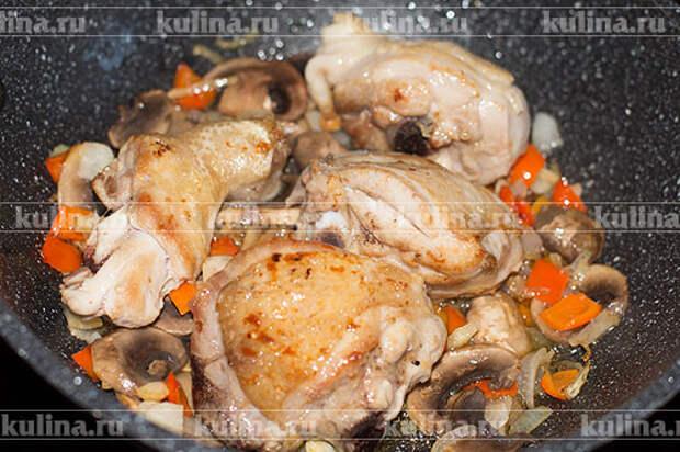 Положить в сковороду курицу.