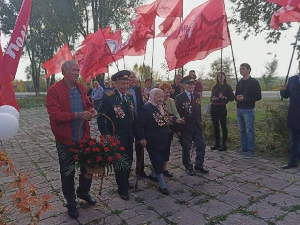 Жители Запорожья в пику нацистам вышли с красными флагами