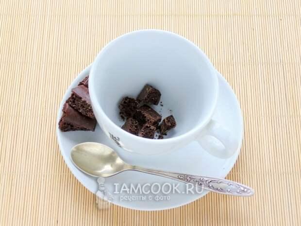 Положить в чашку шоколад