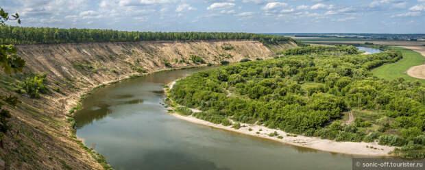 Дон делает очень резкую и красивую петлю — изгиб реки представляет собой крутой обрыв высотой от 50 м и выше.