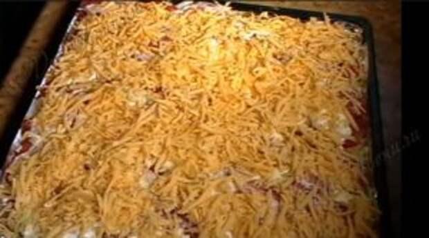 Посыпаем мясо под шубой тертым сыром