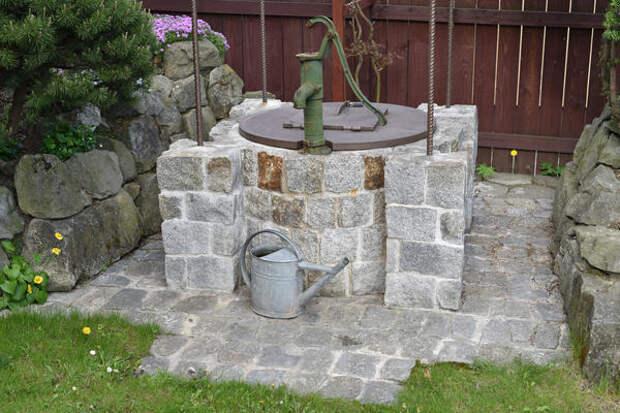 Установите над колодцем ручной насос — это практично