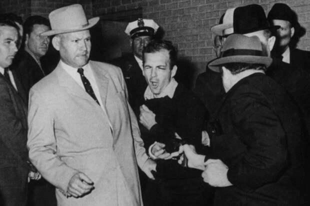 Харви Ли Освальд был убит на глазах десятков людей и чуть ли не в прямом эфире, всего через два дня после гибели Кеннеди