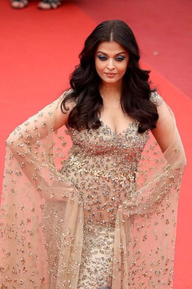 Одна из самых красивых женщин мира в сказочных нарядах