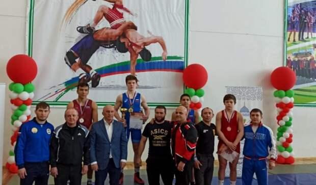 Оренбуржцы завоевали 8 медалей на первенстве ПФО по греко-римской борьбе