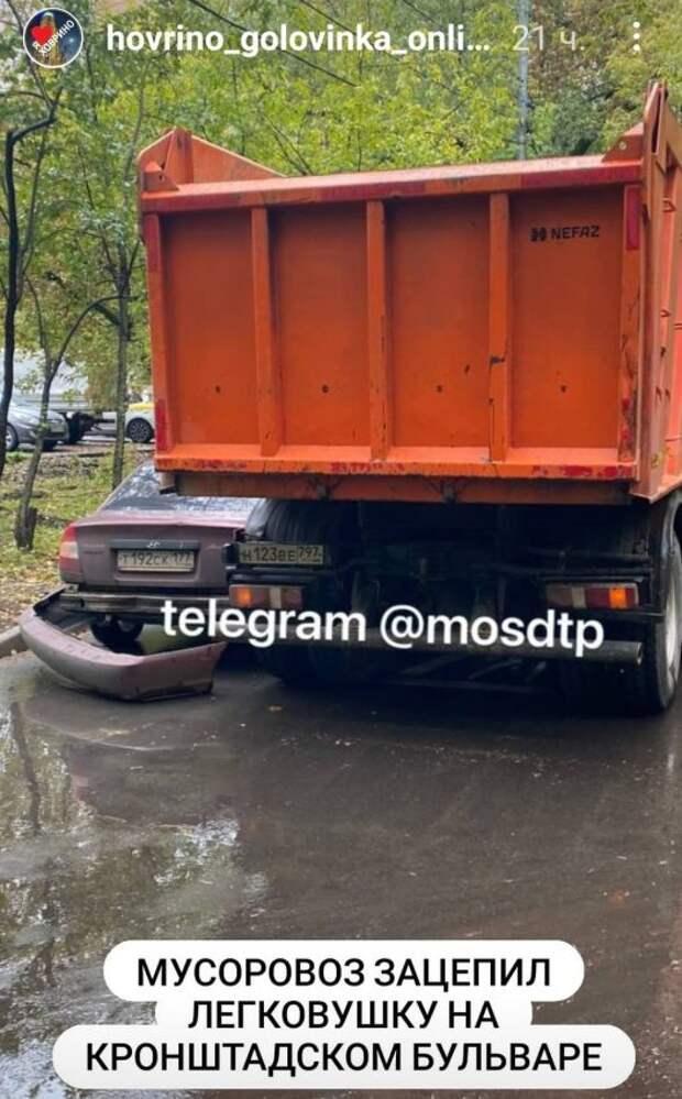 На Кронштадтском бульваре грузовик снес бампер легковушке