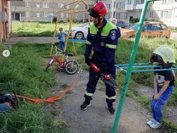 Ребенок в Сарапуле застрял в металлической конструкции на игровой площадке