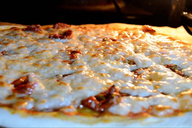 Фото к рецепту: Идеальная домашняя пицца без заморочек!