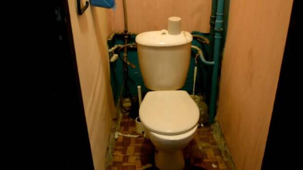 Старый, неприглядный туалет женщина переделала в аккуратный и стильный