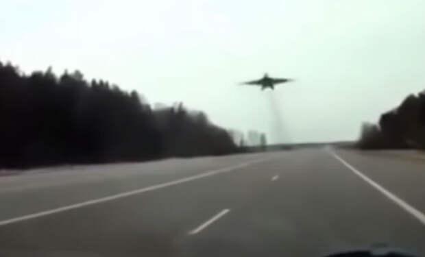 Самые рискованные трюки истребителей: пилоты летят ниже деревьев
