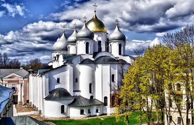 Софийский собор в Великом Новгороде и сегодня возносится к небесам шлемовидными куполами. /Фото: sputnik8.com