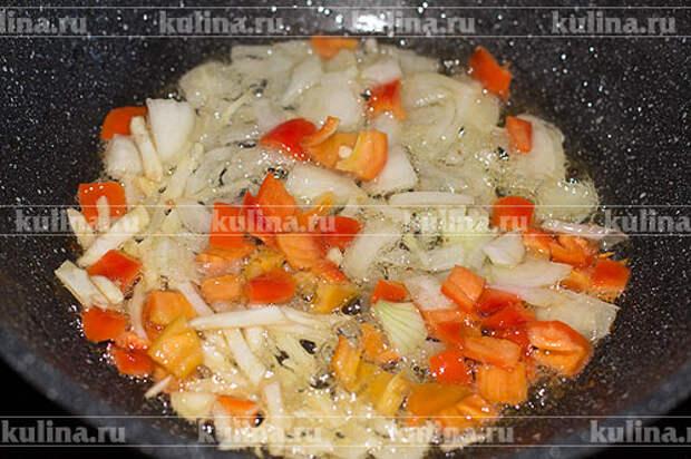 Выложить в ту же сковороду, где обжаривалась курица. Готовить, помешивая 5 минут.