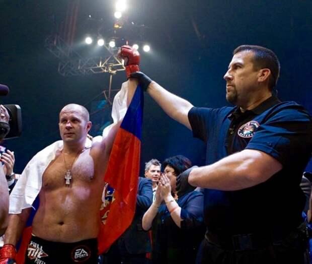 Фёдор Емельяненко занял доминирующую позицию и добил противника
