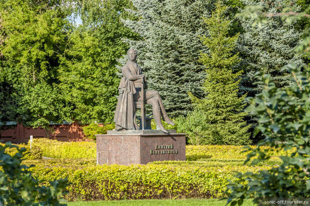 Памятник поэту Дмитрию Владимировичу Веневитинову открыт в 2005 году на территории музея-усадьбы