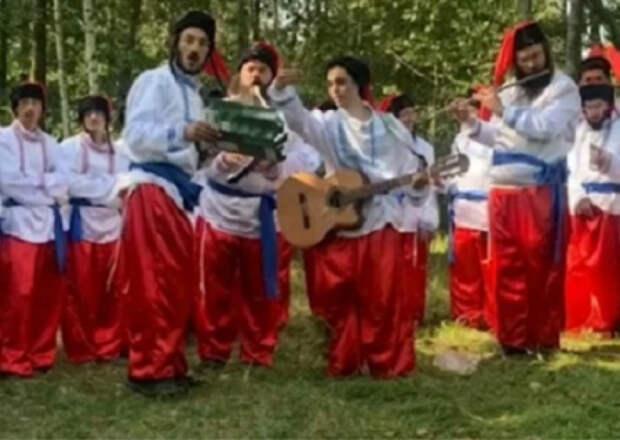 «В борьбе за право попасть в Умань» хасиды нарядились в казаков и спели гимн Украины