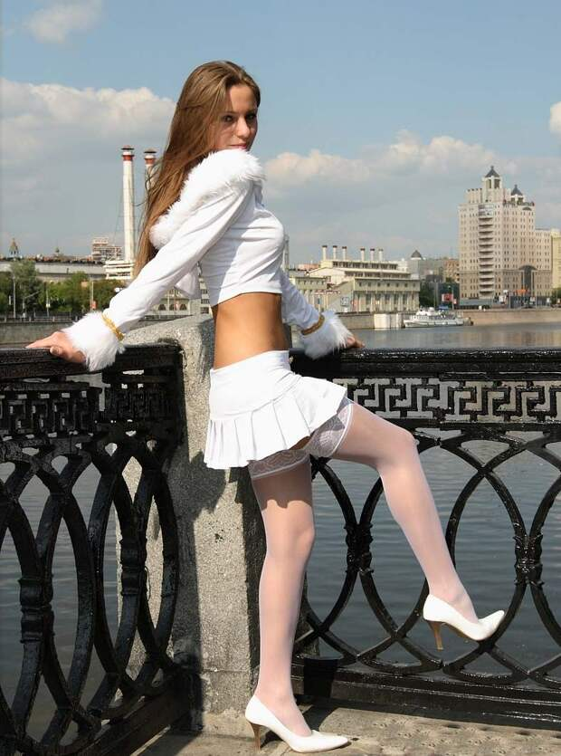 Летние девушки в мини юбках и не только