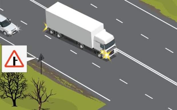 Он едет влево, включив правый поворотник. А мне как быть?