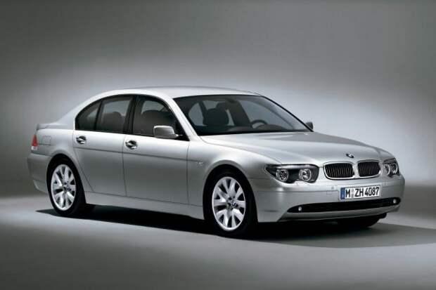 Вряд ли кто-то предполагал, что премьера нашумевшей «Недели» (Е65) обернется грандиозным скандалом.  Зрители готовы буквально линчевать главного дизайнера BMW - Криса Бенгеля, который позволяет себе изменить фирменный стиль марки.  Новый флагман баварцев рвет все связи с канонами BMW, что пугает не только поклонников марки.  Компоновка задней части новой 7-й серии описывается поклонниками эстетической модели E38 как «контрольный выстрел в сердце».  А чтобы E65 приняли на вооружение, потребуются долгие годы диалога между боссами компании, а также серьезный фейслифтинг модели.
