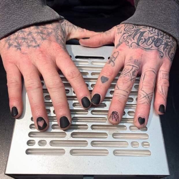 мужские руки с маникюром  надписи и дизайн