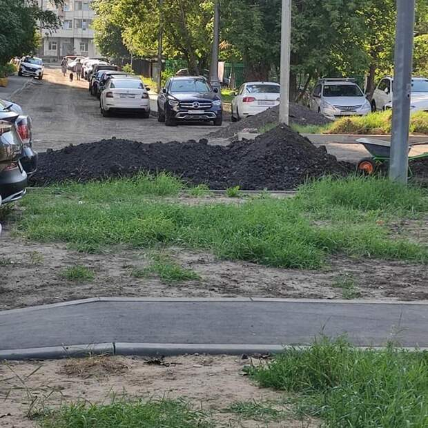 Новый асфальт обновят во дворе на улице Мневники до конца июля