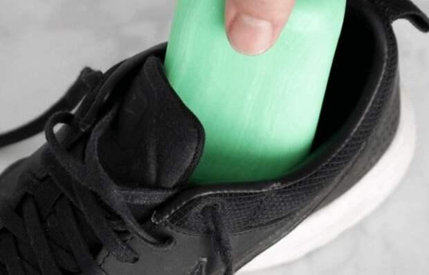 «Дедовская хитрость»: для чего опытные хозяева кладут в обувь мыло