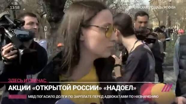 Либеральная активистка развесила по стенам свои груди  в знак протеста против реновации (фото)