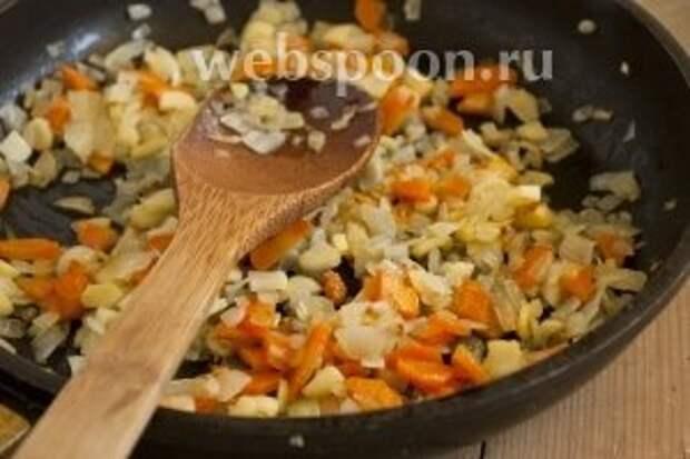 Обжарить подготовленные овощи на подсолнечном масле. Сильно зажаривать не стоит.