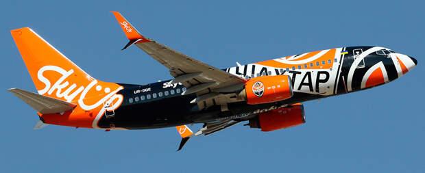 Бизнес по-украински: суд лишил авиакомпанию лицензии ,но она продолжает летать