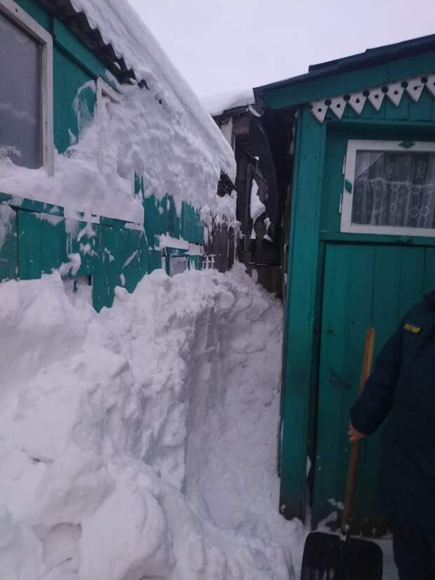 В Можге пенсионерка не смогла выбраться из дома из-за упавшего с крыши снега