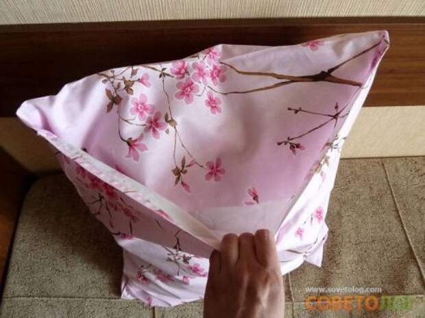 Примеряем наволочку на подушку