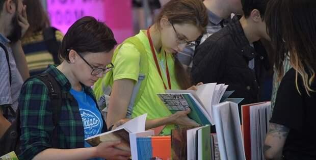 Россиянам с 1 октября начали продавать книги по паспорту