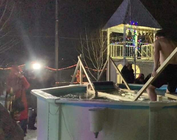 В Симферополе прошли крещенские омовения. Видео